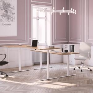 Höj- och sänkbart svängt skrivbord, vitt stativ och ekskiva - Premium