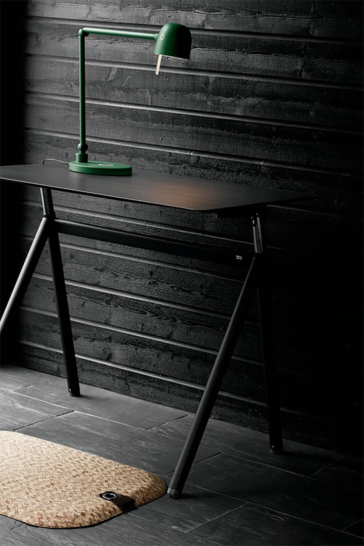 StandUp-Desk-Black-Wood_miljo x 1000.jpg
